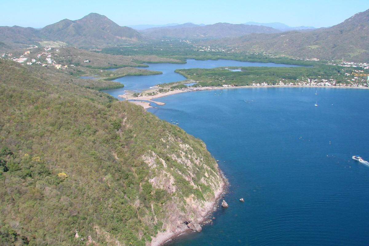 vista aérea de la playa Juluapan en Colima